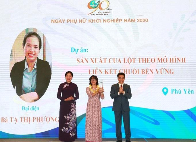 Phó Thủ tướng Vũ Đức Đam và Chủ tịch Hội LHPN Việt Nam Hà Thị Nga trao Giải Cuộc thi Phụ nữ khởi nghiệp năm 2020 cho tác giả dự án sản xuất cua lột theo mô hình liên kết chuỗi bền vững