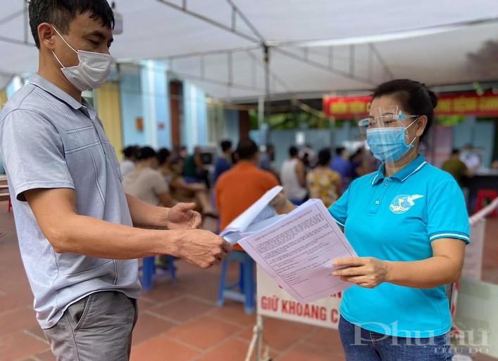 Hội Phụ nữ huyện Đan phượng tham gia hỗ trợ công tác tiêm vắc xin mũi 2 cho người dân