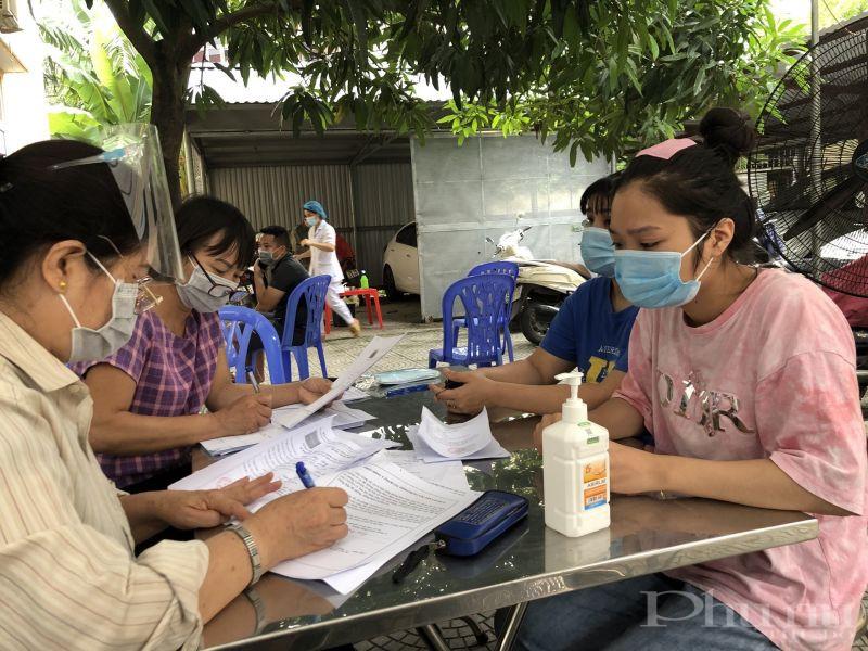 Các cấp hội phụ nữ huyện Hoài Đức tiếp tục tham gia hỗ trợ công tác tiêm phòng vắc xin mũi 2