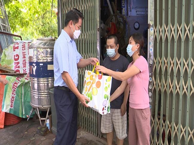 Đại diện lãnh đạo  quận Hà Đông tặng quà hỗ trợ gia đình khó khăn trên địa bàn