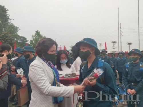 Đồng chí Lê Kim Anh – Thành ủy viên – Chủ tịch Hội LHPN Hà Nội tặng quà, quà chúc mừng tân binh lên đường nhập ngũ năm 2021