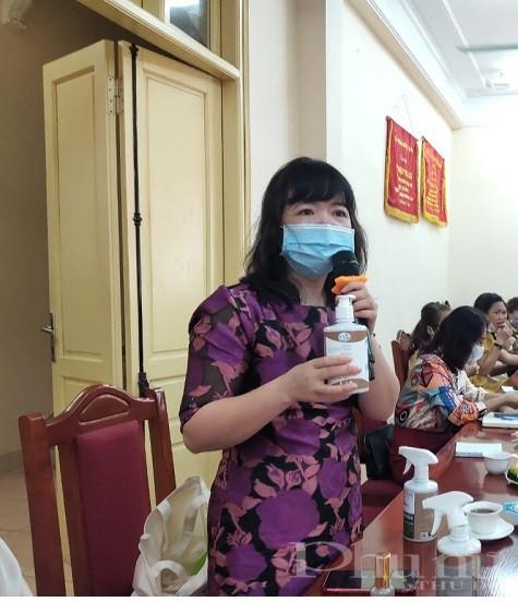 Chị Nguyễn Thị Thúy, Giám đốc công ty TNHH Areo Việt Nam là một trong những thành viên của CLB nữ doanh nhân quận Ba Đình rất xúc động khi được tham dự buổi giao lưu, gặp mặt do Hội LHPN quận tổ chức