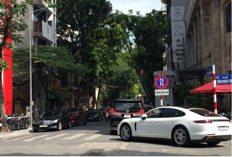 Các phương tiện bất chấp biển cấm  ngang nhiên đỗ xe hai bên đường Nguyễn Bỉnh Khiêm