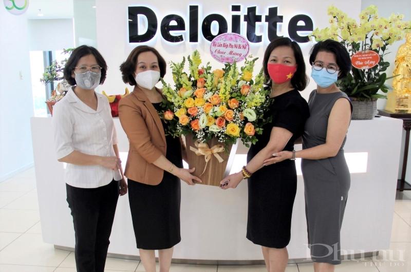 Đồng chí Phạm Thị Thanh Hương tặng hoa chúc mừng nữ doanh nhân Hà Thu Thanh.