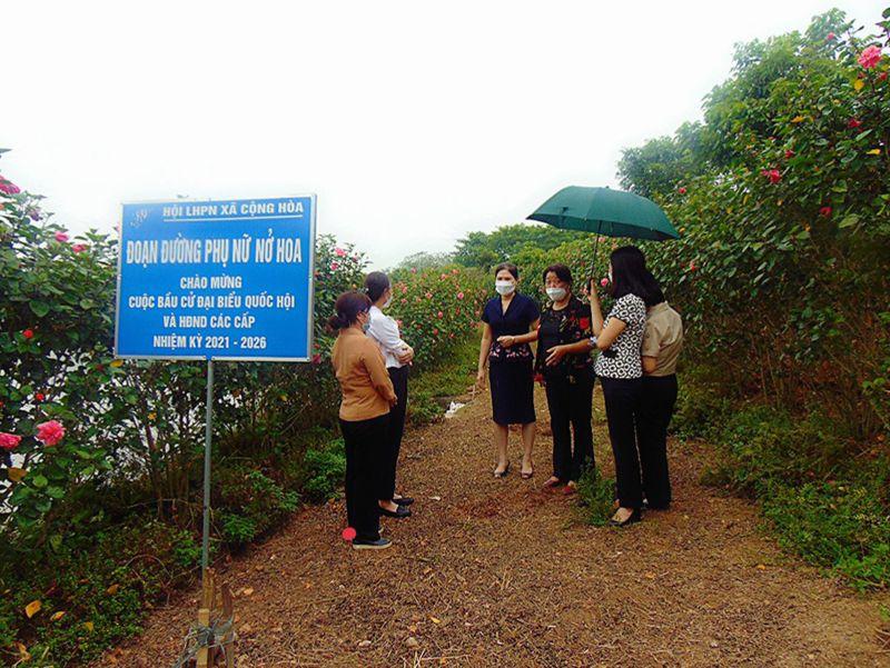 Đồng chí Nguyễn Thị Thu Thủy, Phó Chủ tịch Thường trực Hội LHPN TP Hà Nội cùng đoàn kiểm tra, chấm điểm đường hoa tại xã Cộng Hòa, huyện Quốc Oai