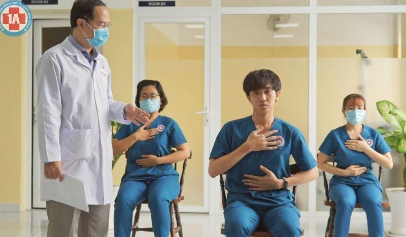 ThS.BS Calvin Q Trịnh Quang Anh (bệnh viện Chỉnh hình và Phục hồi Chức năng TP Hồ Chí Minh) hướng dẫn bài tập mở lồng ngực, kiểm soát nhịp thở cho bệnh nhân Covid-19 Ảnh: BVCC