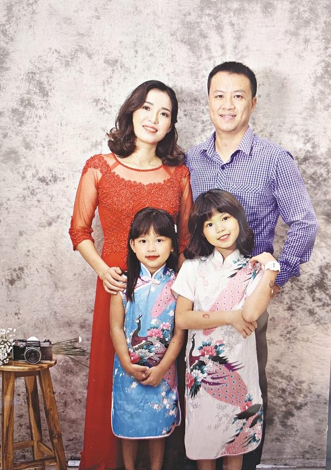 Gia đình hạnh phúc với hai con gái ngoan ngoãn, học giỏi của chị Hồng