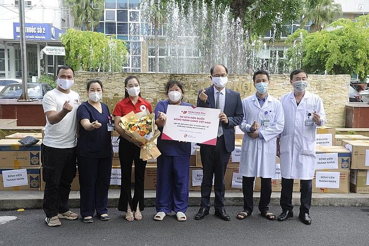 Ông Park Jong Sun - Trưởng Đại diện Tổng cục Du lịch Hàn Quốc và đại diện Hội chữ thập đỏ Việt Nam trao quà tặng tiếp sức cho đội ngũ y bác sĩ tại Bệnh viện Thanh Nhàn - Hà Nội