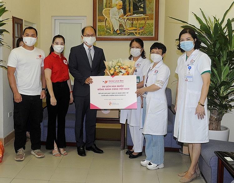 Trưởng Đại diện Tổng cục Du lịch Hàn Quốc - ông Park Jong Sun và đại diện Hội chữ thập đỏ Việt Nam trao quà tặng tiếp sức cho đội ngũ y bác sĩ tại Bệnh viện Đống Đa - Hà Nội