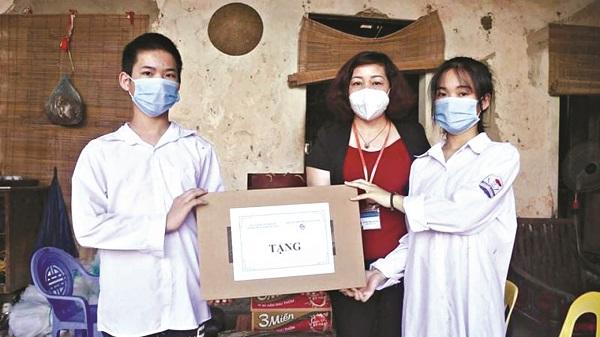 Đồng chí Lê Thị Thiên Hương – Phó Chủ tịch Hội LHPN Hà Nội tặng máy tính cho gia đình em Trịnh Mai Phương xã Văn Tự, huyện Thường Tín