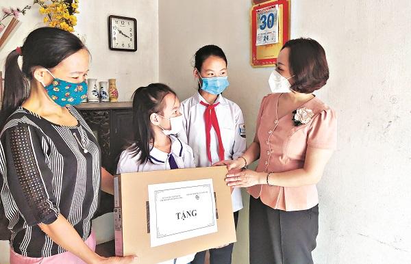 Đồng chí Phạm Thị Thanh Hương – Phó Chủ tịch Hội LHPN Hà Nội tặng máy tính cho gia đình em Nguyễn Thị Phương Thúy, xã Bình Phú, huyện Thạch Thất