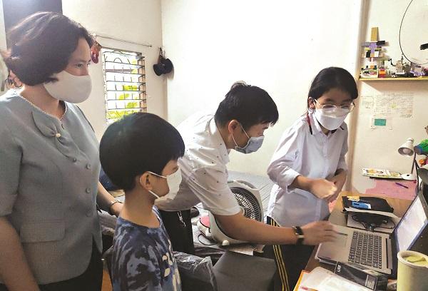 Ngay sau khi nhận máy tính, Hội PN cùng các thành viên trong đoàn công tác đã hướng dẫn các em học sinh cách sử dụng máy tính an toàn, hiệu quả.