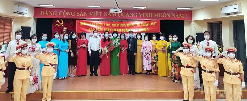 Các đại biểu tặng hoa chúc mừng các đội tham gia hội thi năm 2021
