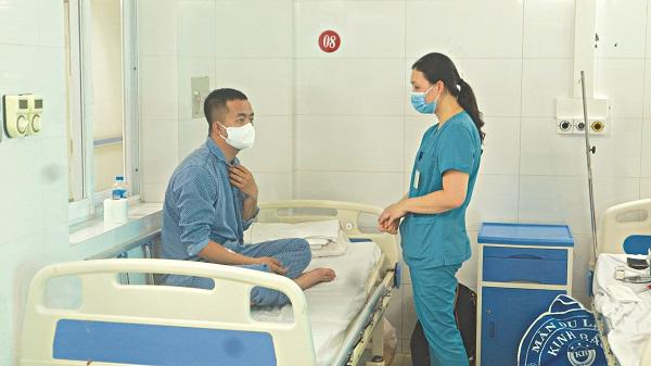ThS.BSCKII Nguyễn Thu Hường hỏi thăm tình hình một bệnh nhân sốt xuất huyết điều trị tại bệnh viện Đa khoa Thanh Nhàn