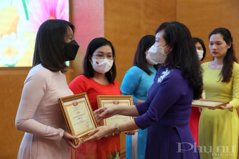 Chủ tịch Hội LHPN quận Tây Hồ Bùi Thị Ngọc Thúy trao chứng nhận cho các tác giả đoạt giải cuộc thi ảnh.